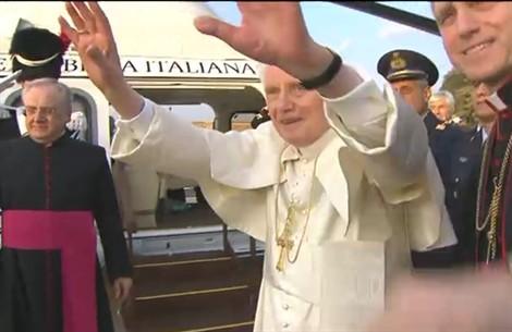 Il Papa che lascia Roma in elicottero, e l'emozione dei presenti (credenti o no)