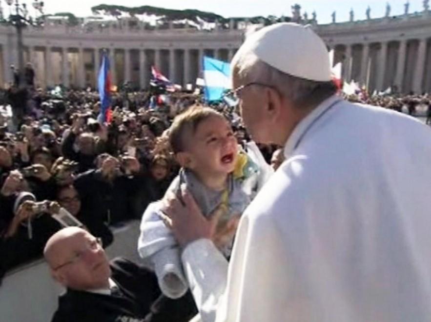 Il racconto dell'intronizzazione del nuovo Papa, in mezzo alla gente…