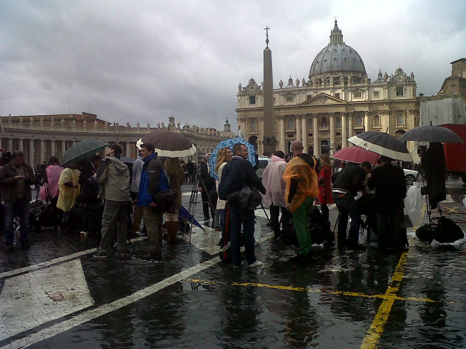 Fumata nera, niente Papa. Il racconto da piazza San Pietro