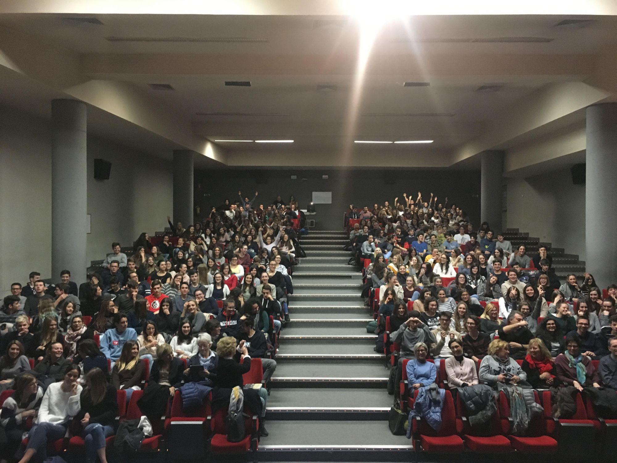 Il mio giro nelle aule magne dei licei italiani a parlare di fisica e donne della scienza è finito (per il momento)…è stato bello, che forza i nostri ragazzi!