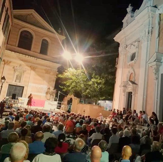 La serata ad Albissola con il mio MONOLOGO QUANTISTICO, con la piazza strapiena e un sentimento forte che ci univa e guardava verso Genova…