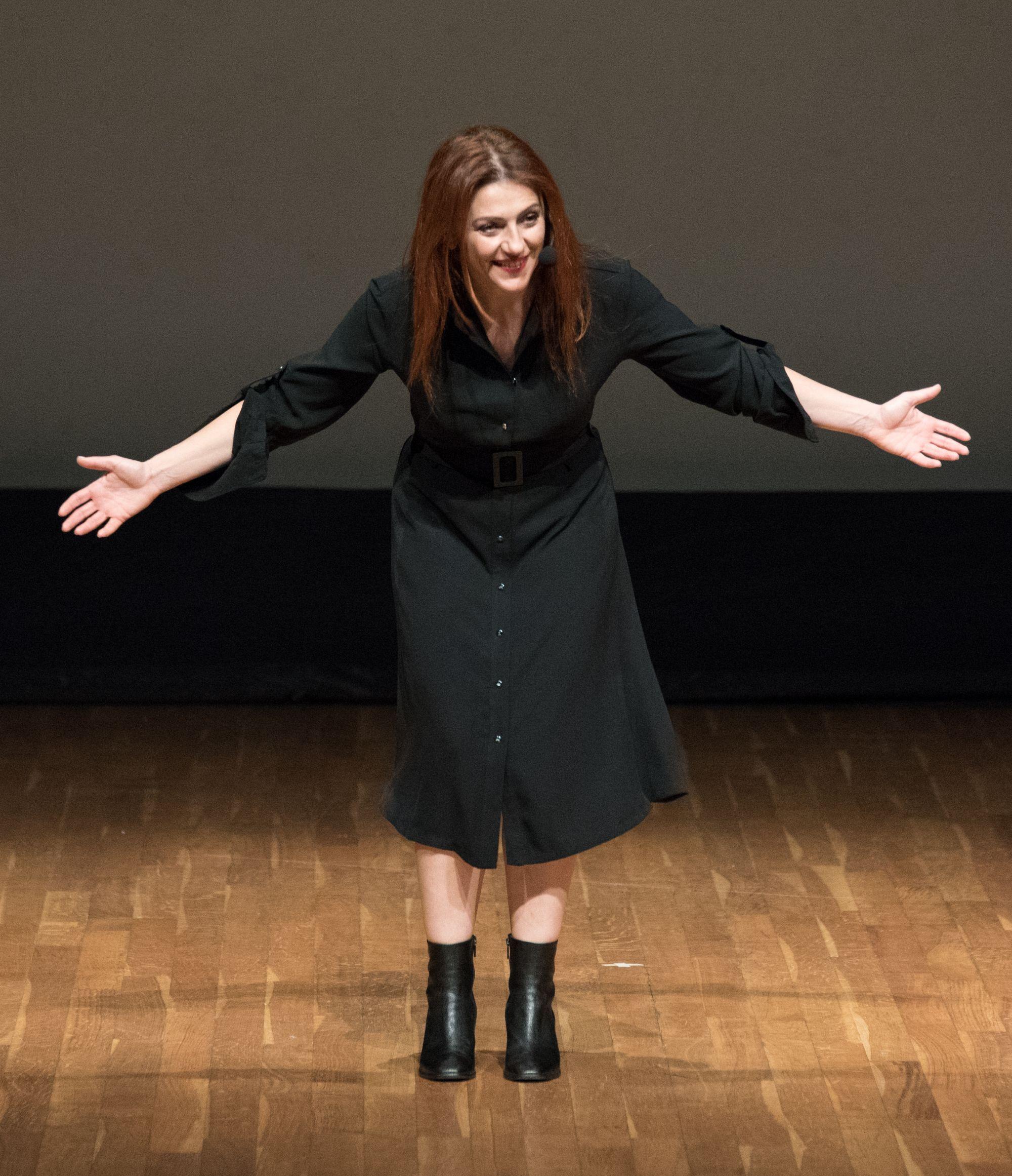 """Continua il mio racconto delle donne della scienza, eccomi nelle nuove foto del mio monologo """"DUE DONNE AI RAGGI X – MARIE CURIE E HEDY LAMARR, VE LE RACCONTO IO"""" al teatro Super di Valdagno…"""