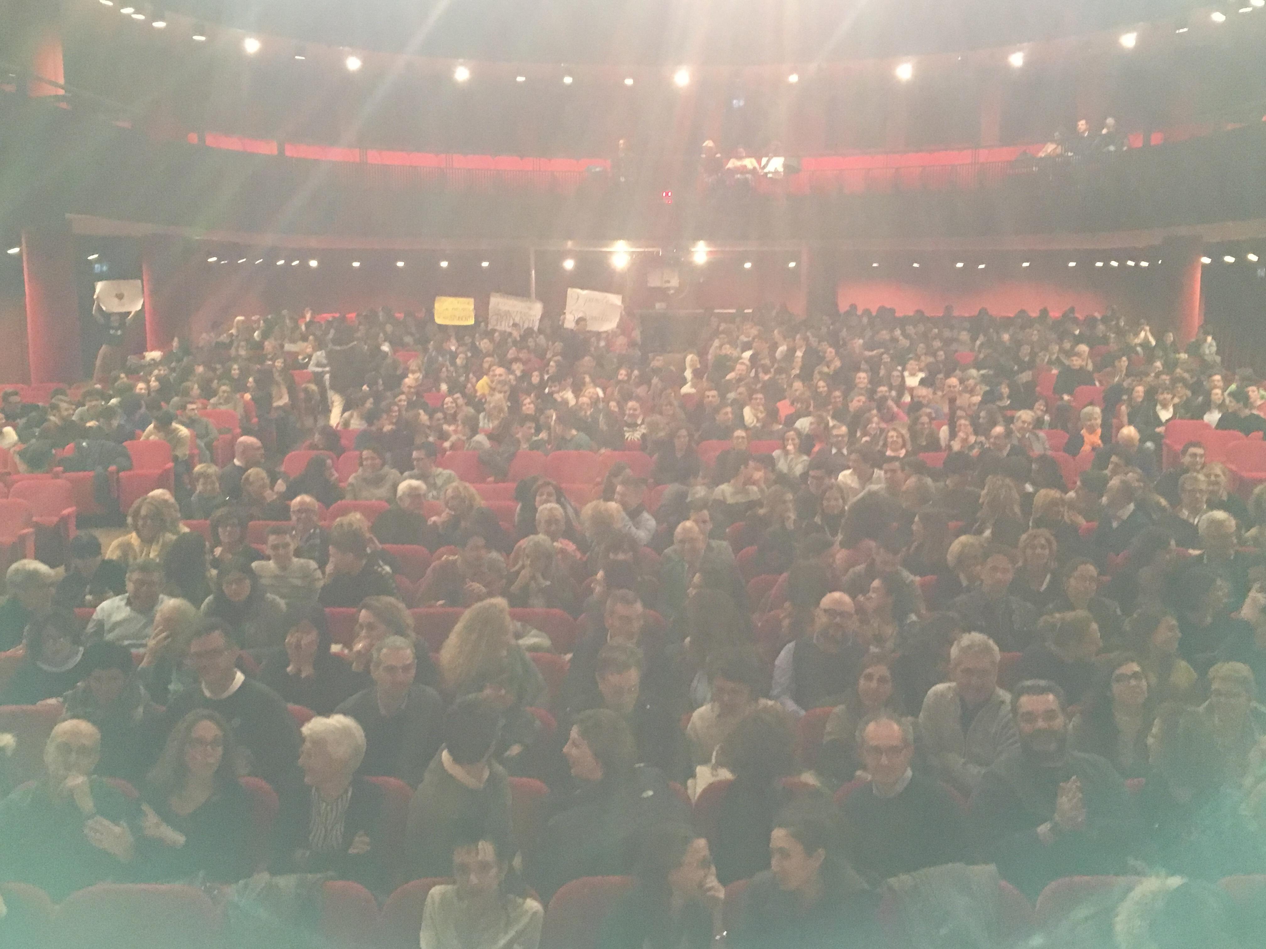 La replica al Teatro Politeama di Genova il giorno del compleanno di Albert Einstein…mille persone, i ragazzi con gli striscioni, superati dieci minuti di applausi!