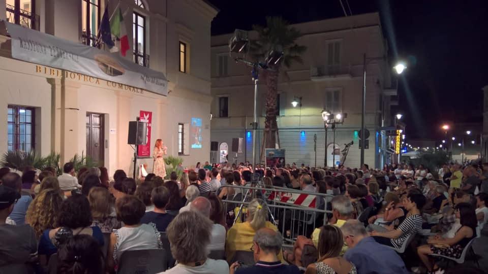 Che serata…tutta la Sardegna sembrava sotto il palco, è stato bello fare il monologo a Olbia! Prossime due date in Liguria…