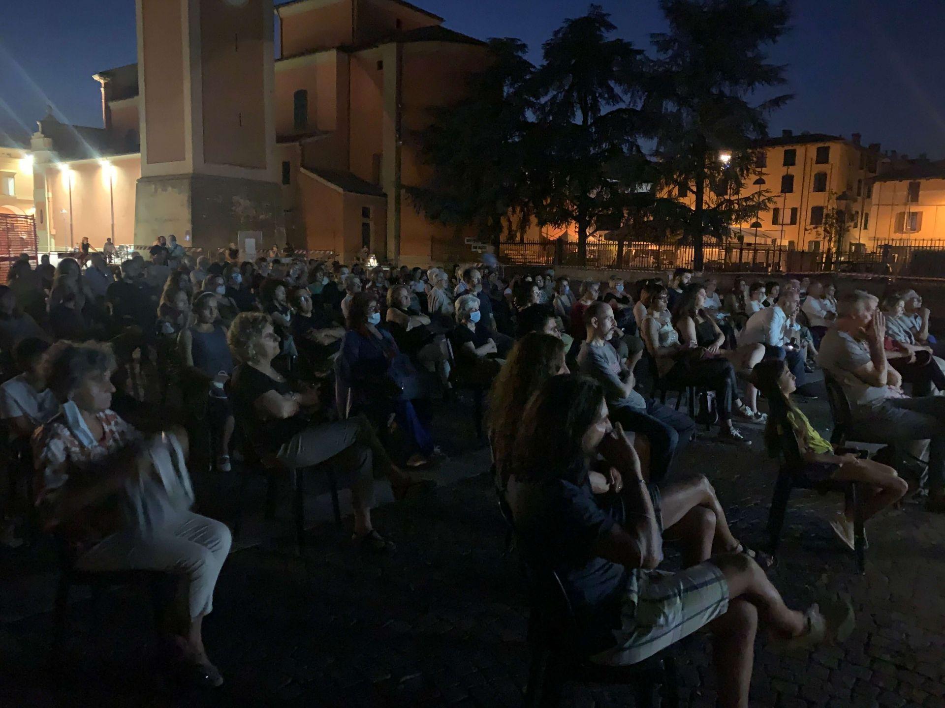 Duecento persone bellissime tutte riunite in una piazza…che serata con le mie eroine della scienza, grazie!